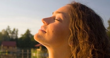 طبيب تغذية: احرص على هذه الأطعمة للحماية من أشعة الشمس الضارة