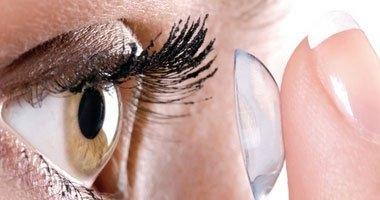 أطباء عيون: العدسات اللاصقة الرخيصة على الإنترنت ضارة
