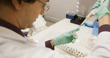 نقابة العلميين تستنكر قصر فتح معامل التحاليل الطبية على الأطباء
