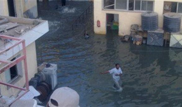 نقل عدد من أهالي بركة الدماس بلنشات مطاطية بعد غرق منازلهم بمياه الصرف
