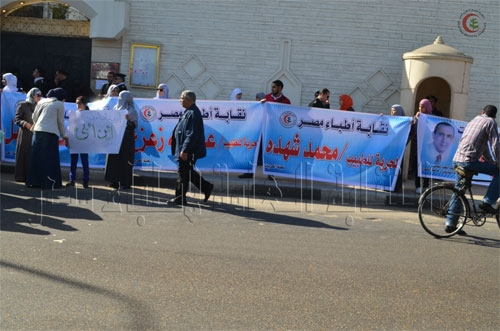 النقابة تشارك أسر المعتقلين في وقفة أمام سفارة الإمارات